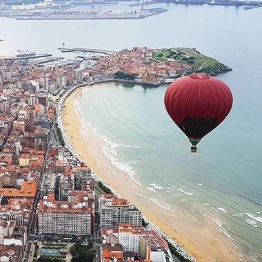 Globo sobre la playa de Gijón