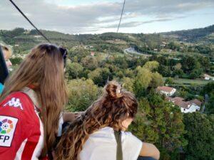 disfrutando un vuelo en globo por Gijón